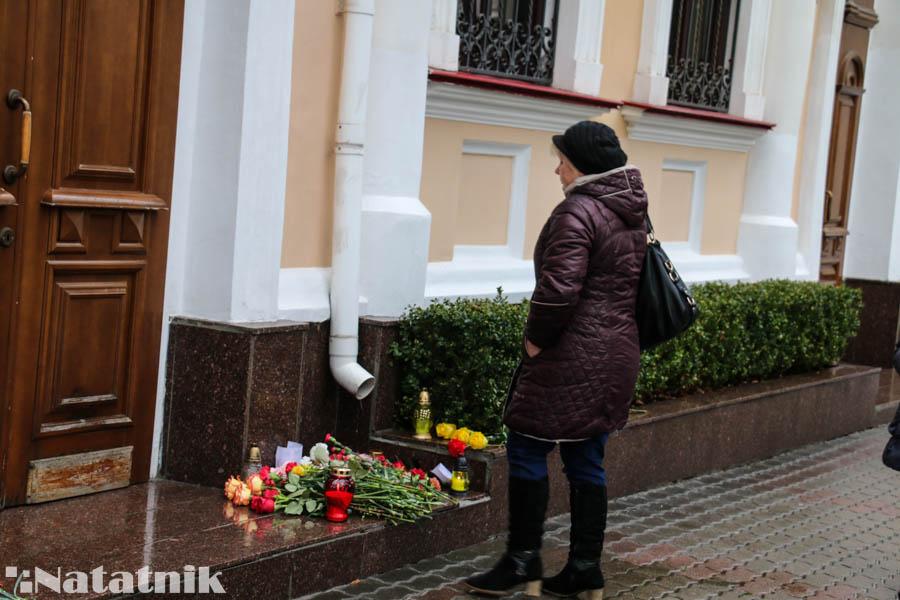 Цветы у консульства, Генеральное консульство России в Бресте