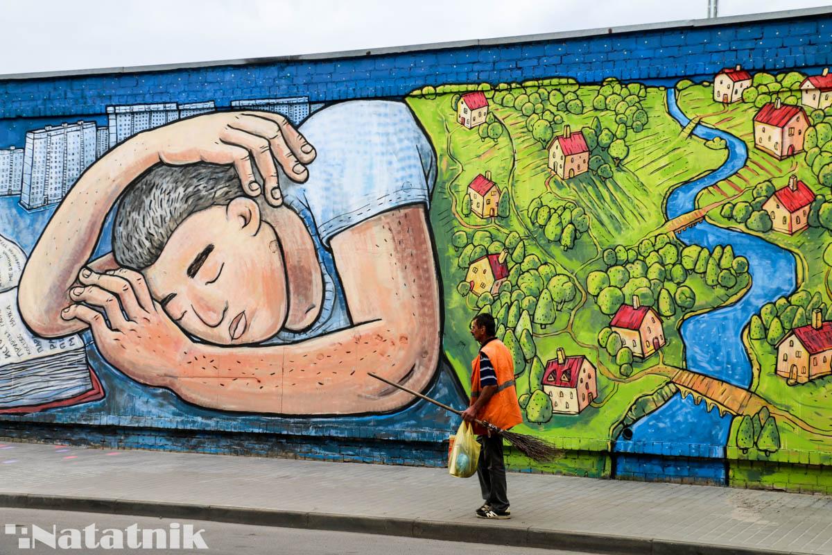 стрит-арт в Бресте, рисунок, стена, спящий человек, предок