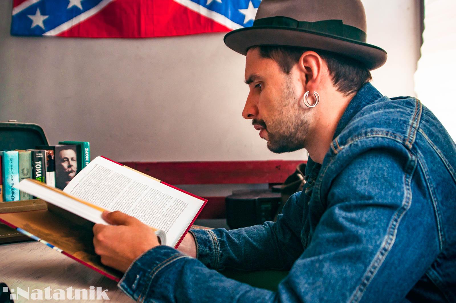 парень с книгой, Вовка Плюмбум