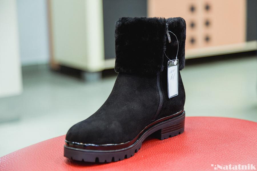 Цена женских сапог примерно обойдётся в 210 рублей. Ботинки и полусапоги –  от 130 до 160 рублей из натуральной кожи. В зимней обуви ... fe3e620254b