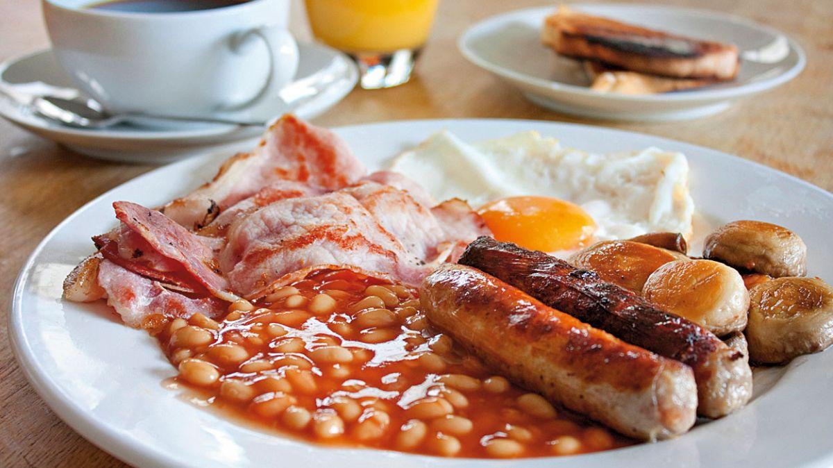 Английский завтрак, фасоль, колбаски, омлет, бекон, правильное питание