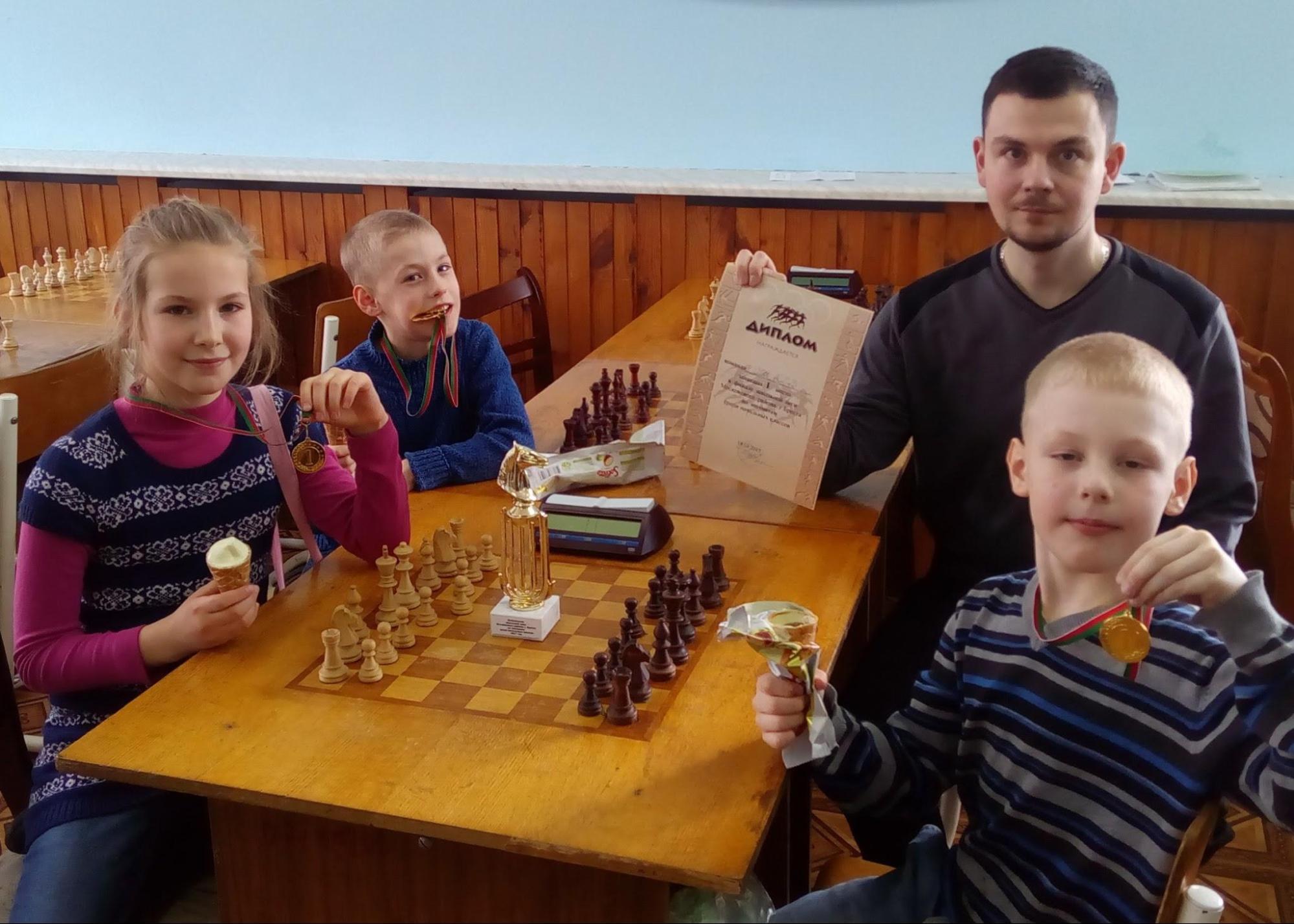 Дети с медалями, шахматы