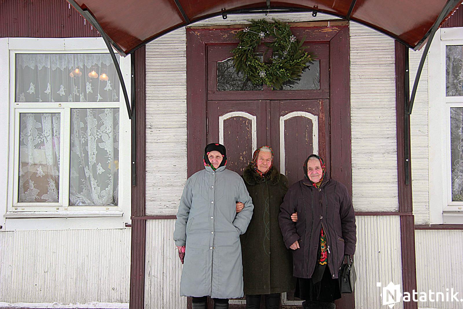 Еўдакія Комар, Таццяна Раковіч і Таццяна Гаргун на прыступках малітоўнага дома